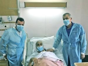 """ביקור החולה על ידי ד""""ר עלי הוואש ווליד עבד אל רחמאן. צילום: כללית"""