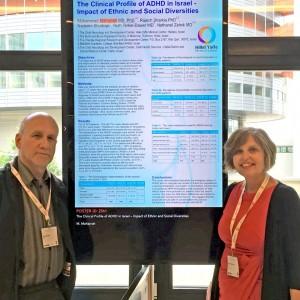 """ד""""ר רות דאבר ופרופ' צלניק ליד פוסטר המחקר שהציגו בכנסצילום: כללית"""