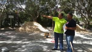 """דוקורסקי בביקור בפארק בזמן ביצוע העבודות. """"נמשיך לטפח את הגנים הציבוריים"""". צילום: עיריית ק. ביאליק"""