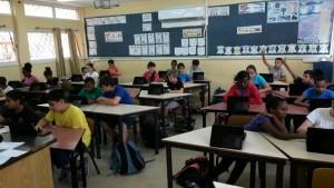 """תלמידי כיתה ה' ב""""פסגות"""" משתמשים בטאבלט בתהליך הלמידה. צילום:  עיריית ק. ביאליק"""