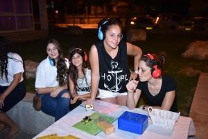"""מסיבת אוזניות לבני הנוער. """"בעיר צמאים לפעילויות מסוג זה"""". צילום: רפי עשור"""