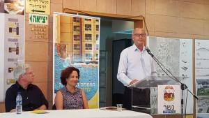 בינמו, דונג ופרופ' קלעי באירוע סיום המעבדה העירונית. עיר בתצלומים. צילום: עיריית נשר