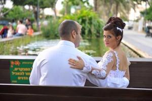 החתן והכלה בצילומי החתונה בבריכה האקולוגית. נוף מושלם לאלבום.