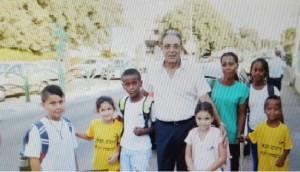 ראש עיריית טירת כרמל, אריה טל, הבוקר עם הילדים בדרך לבית הספר. צילום: אורן סטלקול