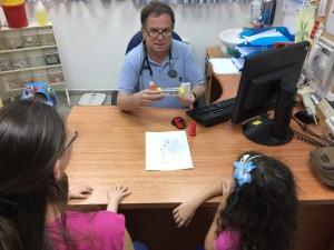 """ד""""ר מיקי שטיין מומחה ברפואת ילדים במרפאות כללית ורדיה בחיפה ולב הקריה בקרית אתא, מדריך ילדה אסמטית ואמה על שימוש במשאף לקראת שנת הלימודים. צילום: כללית"""