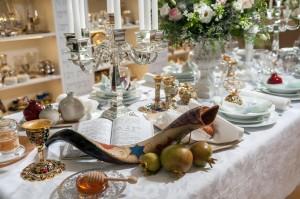 שולחן עשיר במסורת מעוצבת - רשת ״ואהבת״  צילום: רוני אייזק