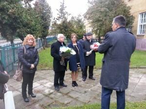 ראש העיר חיים צורי וראש מחוז רדז'ין זרים בצבעי דגלי המדינות לרגלי האנדרטה לזכר יהודי רדז'ין שנרצחו בשואה. צילום: עיריית ק. מוצקין