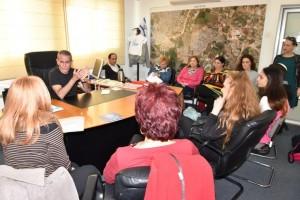 """מנכ""""ל העירייה, בני חזן העניק לעמותה בשם העירייה את הספתח הראשון בסך 1000 שקל. צילום: רפי עשור"""