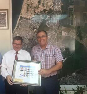 ביקור מנכ״ל דואר ישראל (משמאל) בעיריית קרית ביאליק בספטמבר האחרון. מתחדשים.