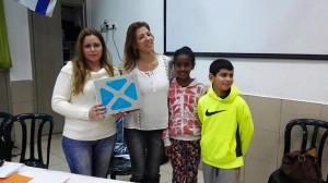 הצוות החינוכי של בית הספר ביאליק עם התלמידים המקבלים את הטאבלט. צילום: עיריית ק. ביאליק