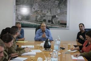 """ראש העירייה טל בישיבת פורום השולחן העגול. עלייה מרשימה באחוז המתגייסים לצה""""ל בטירת כרמל. צילום: עיריית טירת כרמל"""