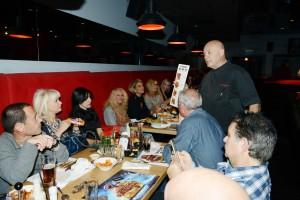 עיתונאים אנשי תקשורת וחברה מקבלים הסבר על סידרת המוגזמים מהשף בוקששתר: תצלום יחצ