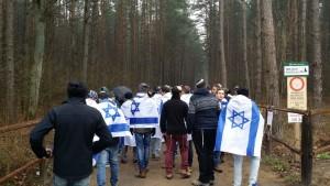 בביקורם באושווויץ-בירקנאו צעדו התלמידים בדרך שבה הלכו אל מותם במשרפות ובתאי הגזים יהודי פולין