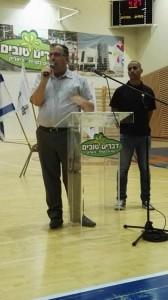 בתמונה: ראש העירייה, אלי דוקורסקי ומארגן הליגה, בני בניסטי