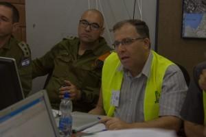"""ראש העירייה, אלי דוקורסקי, מנהל את שולחן המלחמה כשלצידו מפקד מחוז חיפה בפיקוד העורף. """"ניכר שקיימת בקרית ביאליק הבנה עמוקה של חשיבות העשייה בנושא התכוננות לחירום"""""""