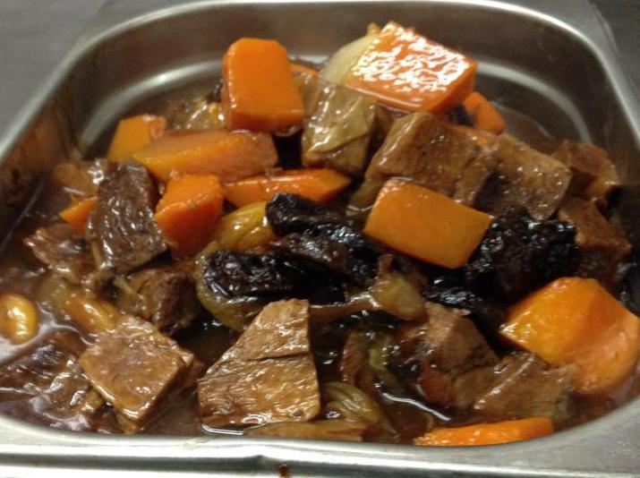 תבשיל שפונדרה עגל בירקות כתומים שזיפים ובירה