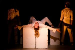 """רקדן פרובוקטיבי חוזר בשאלה, סטיריקן המדמה מופע של מחזיר בתשובה, שחקניות המגלמות גיבורות סיפורים תנ""""כיים המגיעות לימינו אנו ומגלות את האמת שלהן ל""""השתלשלות האירועים"""""""