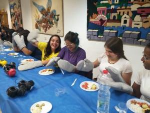 לקראת המנה העיקרית: פשטידה, סלט ותוספות, עטו המשתתפים כפפות קשיחות על ידיהם, במטרה להתנסות בפעילות יומיומית תחת מגבלה פיזית