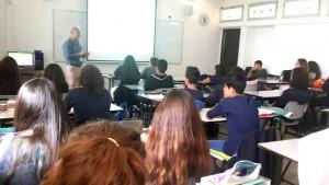 """ד""""ר מוחמד נגמי מדריך בני נוער בעספיה בנושא בריאות. צילום: כללית"""