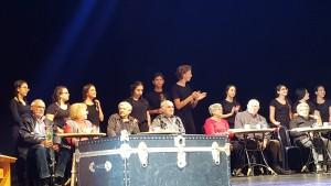 """בתמונה: ניצולי השואה ובני הנוער המשתתפים בהצגה. אנו כאן בנשר מנחילים לדורות הבאים ומזכירים יום יום, שעה שעה, הלכה למעשה. תיאטרון 'עדות', הוא רק עדות אחת לכך"""". צילום: איל לרמן"""