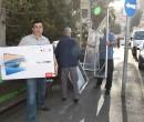 """שמעון סבג ואנשי """"יד עזר לחבר"""" מגיעים עם חלונות לתיקון הבתים. צילום: יד עזר לחבר"""