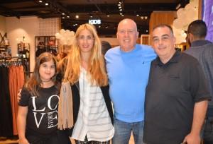 בני הזוג פורמן מבעלי רשת הבלאק יחד עם ציבין עורך העיתון חדשות הצפון