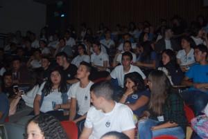 """תלמידי """"שיפמן"""" במהלך ההצגה. בסוף ההצגה נחשף השחקן לתלמידים הנרגשים, וגם ערך איתם שיחה שבה הסביר כיצד יצר את דמותה של מניה"""