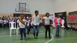 """חגיגות הסיגד בבית הספר """"קורצ'אק"""". התלמידים מהכיתות השונות הופיעו בטקס מרגש, מושקע שקצר מחמאות רבות והעביר מסרים רבים"""