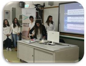 """בתמונה: תלמידי חט""""ב אורט """"דפנה"""" מציגים את הניסוי"""