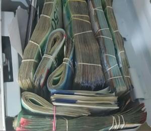 עשרות אלפי השקלים שנמצאו בביתו של החשוד בסחר בסמים. צילום: דוברות מחוז חוף