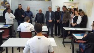 """בתמונה: שר העבודה, הרווחה והשירותים החברתיים חיים כץ עם ראש העיר, אלי דוקורסקי בביקור בבית הספר """"עוצמה"""""""