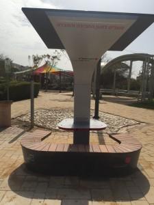 הספסל הסולארי. יאפשר לתושבי טירת כרמל שמבלים עם ילדיהם בפארק, להטעין את הטלפונים הסלולאריים שלהם בזמן שהם נחים בצילו של הספסל