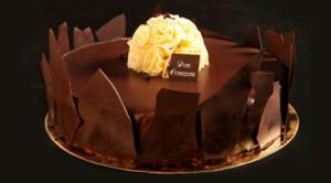 יצירת אומנות מתוקה של שכבות מוס שוקולד, מרנג שמתפצפץ בפה וציפוי עשיר של שוקולד מריר
