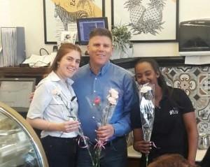 """ירון ספיר, מנכ""""ל קניון עזריאלי אתא הסתובב במתחם וחילק פרחים וחיוכים לכבוד יום האישה. אלבום פרטי"""