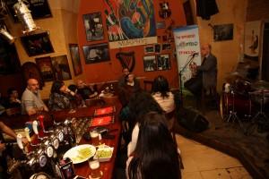 פרופ' צלניק מדבר עם קהל המבלים בפאב באליס. צילום: כללית