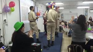 בתמונה: תלמידי מוצקין במהלך הפעילות. התלמידים תרמו לאווירה החגיגית ושימחו את האורחים בפעילות פורימית ובנגינה