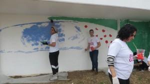 תלמידי מגמת האומנות בפעולה. תלמידי המגמה עברו הדרכה בנושא ציורי קיר מהצוות החינוכי של בית הספר