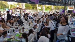 בתמונה: סדר פסח בבית ספר הבונים.הטקס נערך בחצר בית הספר וכלל את כל מנהגי הטקס והסברים מעמיקים על משמעות החג