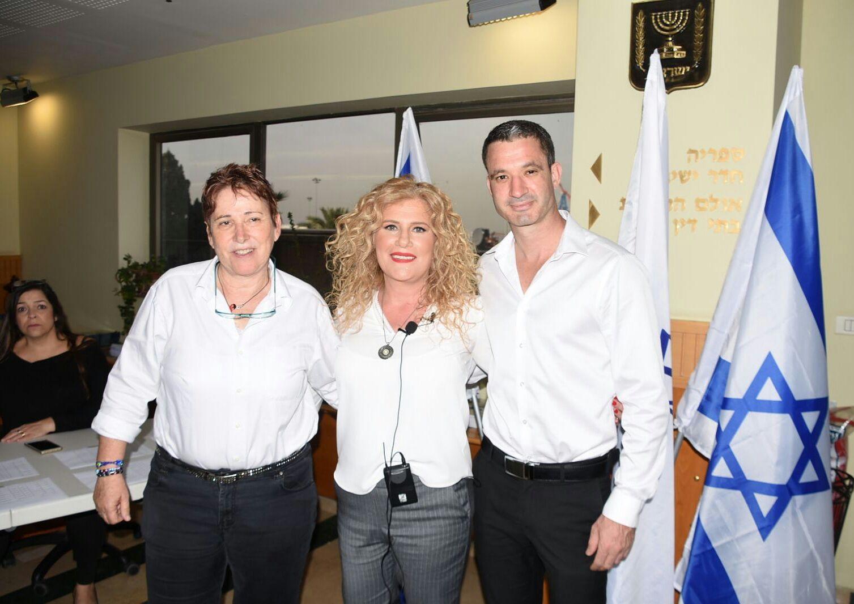 """יצחק ביחד עם יו""""ר מחוז חיפה בלשכת עורכי הדין תמי אולמן ונציג צעירי המחוז, עו""""ד יריב רז. צילום: אושרי כהן"""