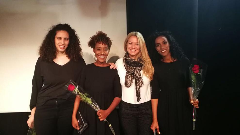 חצויה- ורד ישראלי מנכלית שותפות חיפה בוסטון עם שחקניות המחזה. תמונה: יחסי ציבור