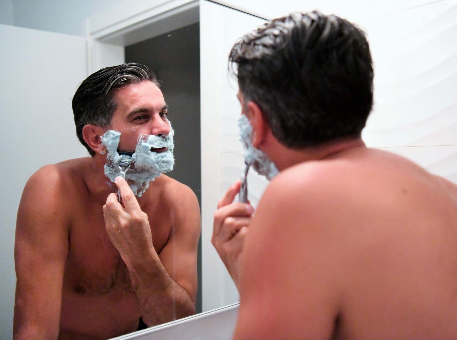 ג'ובאני רוסו מתגלח. צילום: ראובן כהן