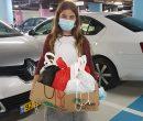 """בתמונה: אליה ויצמן מחלקת מתנות במחלקת כתר של רמב""""ם.צילום: רמב""""ם הקריה הרפואית; משפחת ויצמן"""