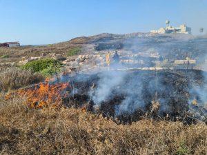 חיפה: שריפת קוצים מתפשטת בקו החוף סמוך לבת גלים