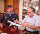 קצין דוברות חיל האוויר הגרמני, תושב העיר התאומה שטיגליץ צלנדורף, סטפן ג'גלינסקי עם אלי דוקורסקי. צילום: דוברות העירייה